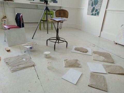 Atelier 7 sep 2019 – Reliëfs maken met gips om als ondergrond te gebruiken